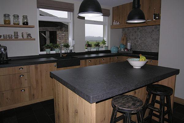 Houten keuken met donker keukenblad