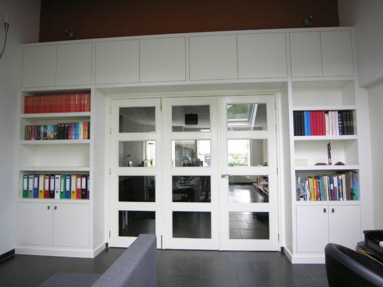 Grote inbouwkast met glazen deuren