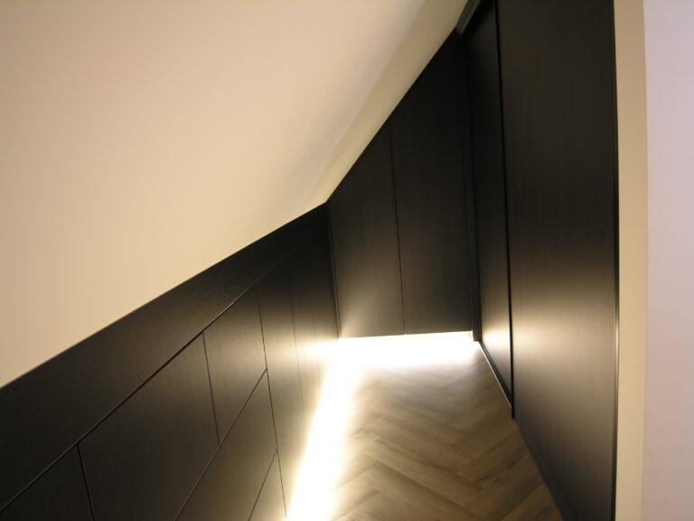 Inbouwkast ingebouwd in een kamertje